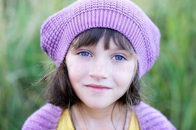 小女孩特写镜头纵向紫罗兰色贝雷帽的 免版税图库摄影