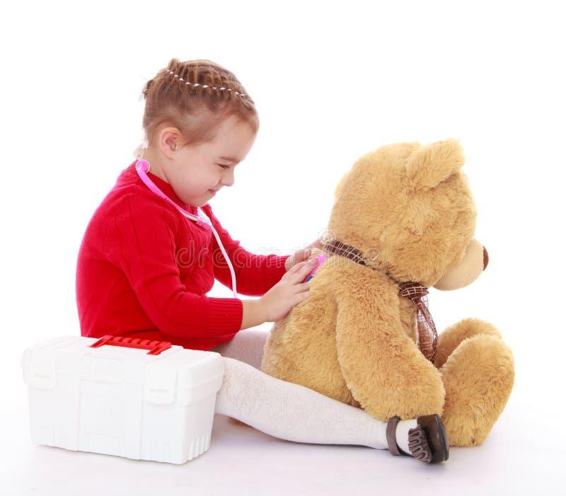 小女孩玩具熊款待 免版税库存图片