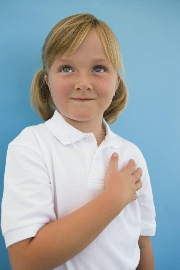 小女孩用在心脏的手 库存照片