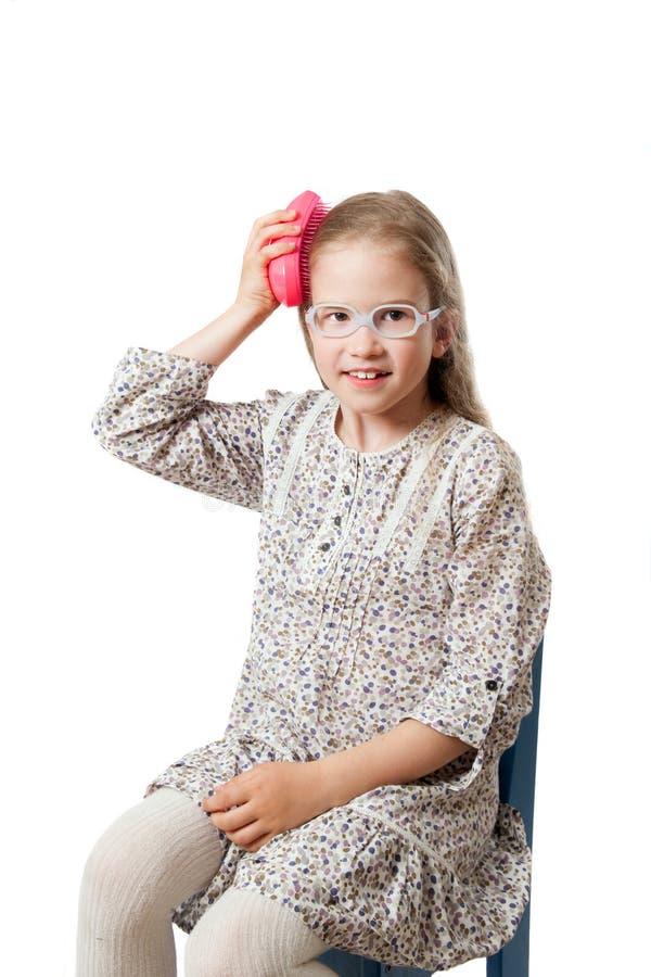 小女孩由发刷梳 免版税库存照片
