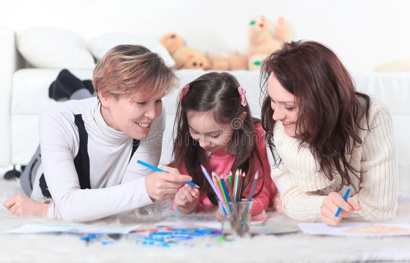 小女孩画与她的母亲和祖母 库存照片