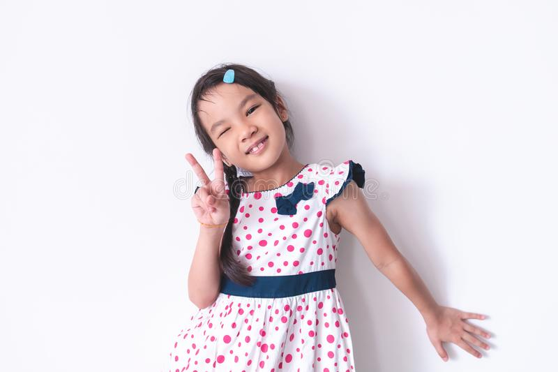 小女孩画象用在甜葡萄酒博士的V字型手 图库摄影
