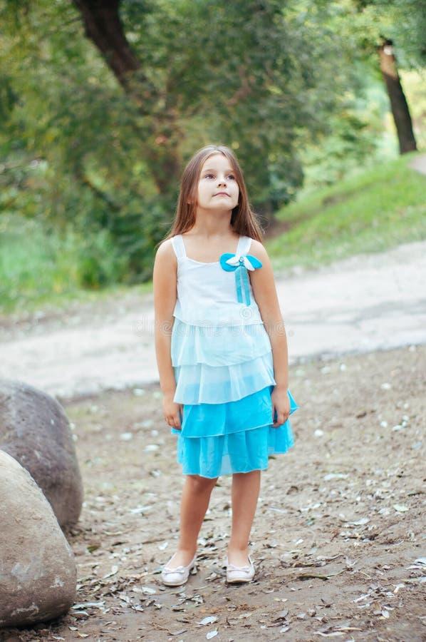 小女孩画象,直接地坐和观看,自然照明设备外面 库存照片