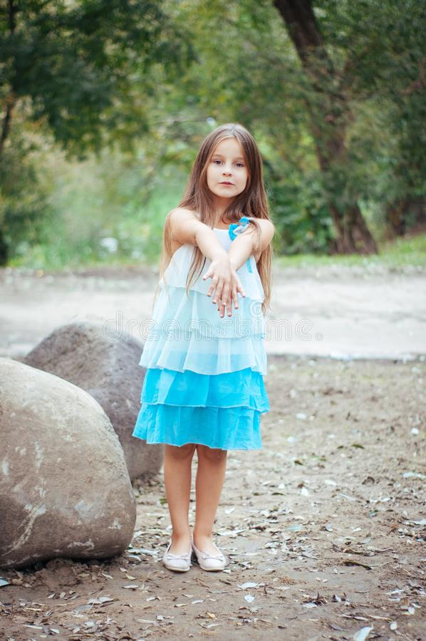 小女孩画象,直接地坐和观看,自然照明设备外面 免版税库存图片