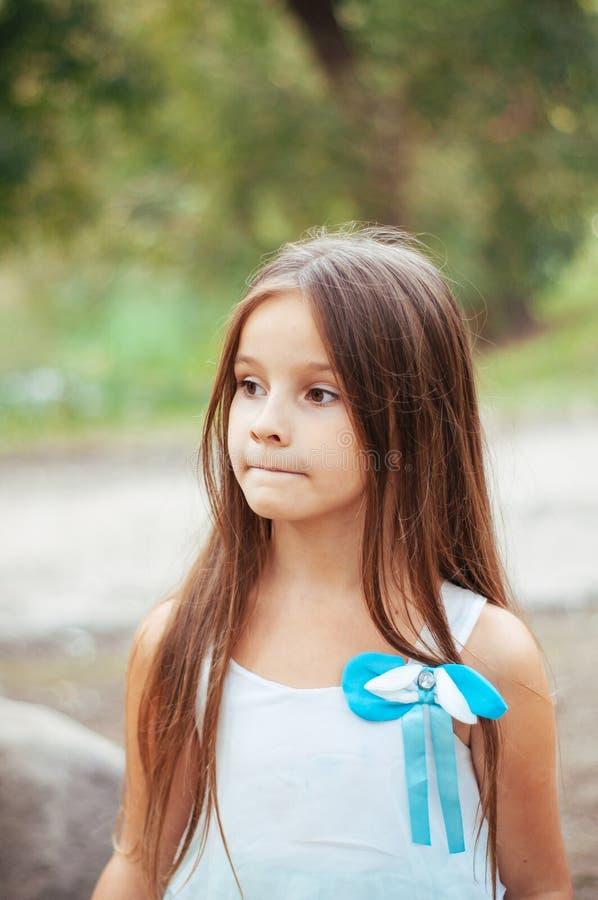 小女孩画象,直接地坐和观看,自然照明设备外面 库存图片