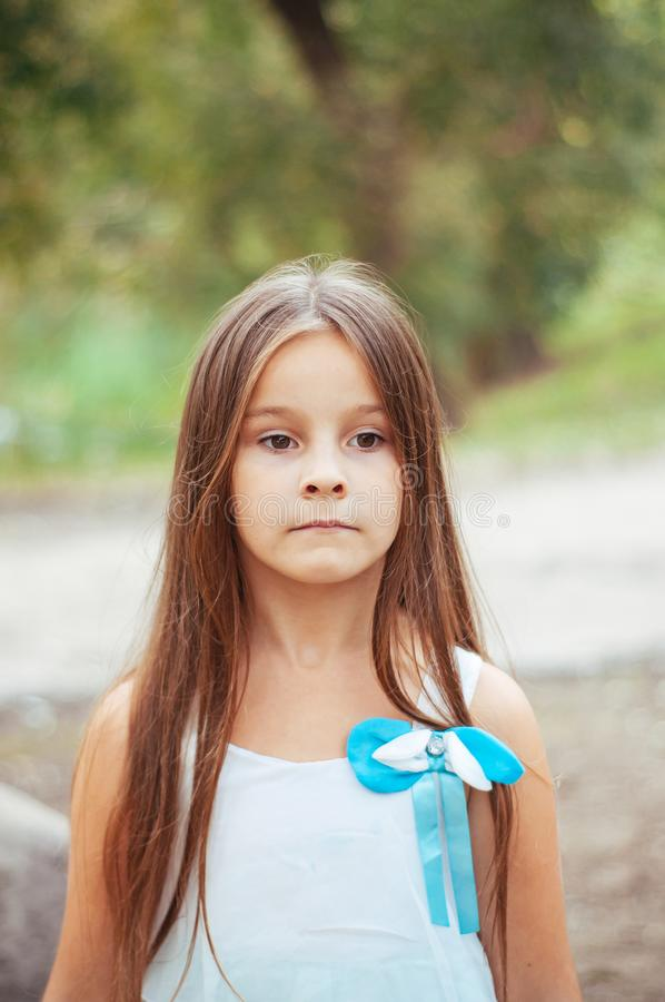 小女孩画象,直接地坐和观看,自然照明设备外面 免版税库存照片