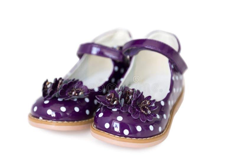 小女孩的精密被察觉的紫色鞋子 免版税图库摄影