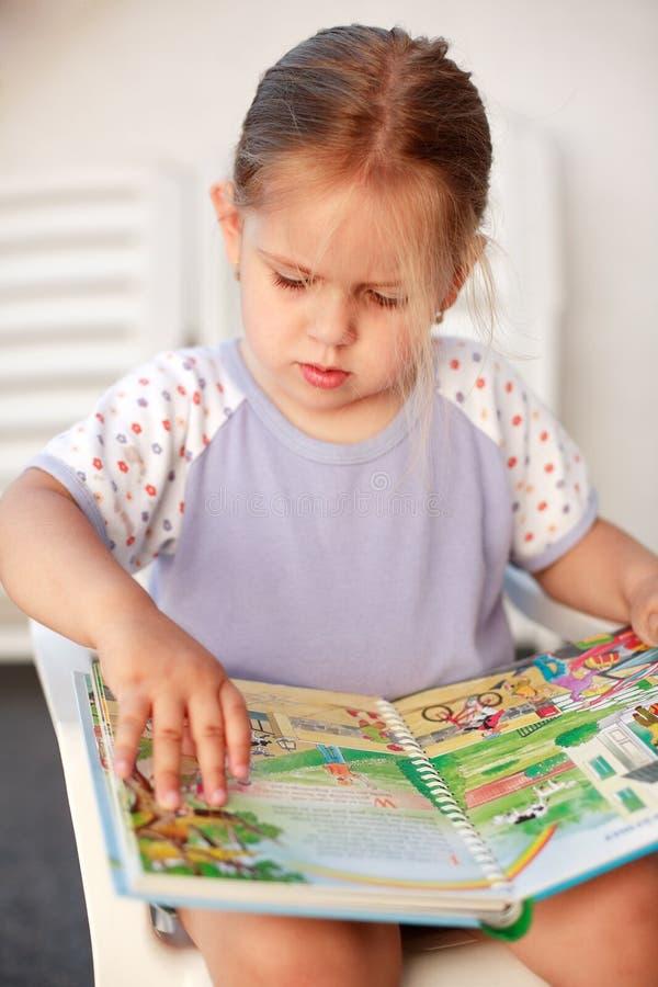 小女孩的读取 免版税图库摄影
