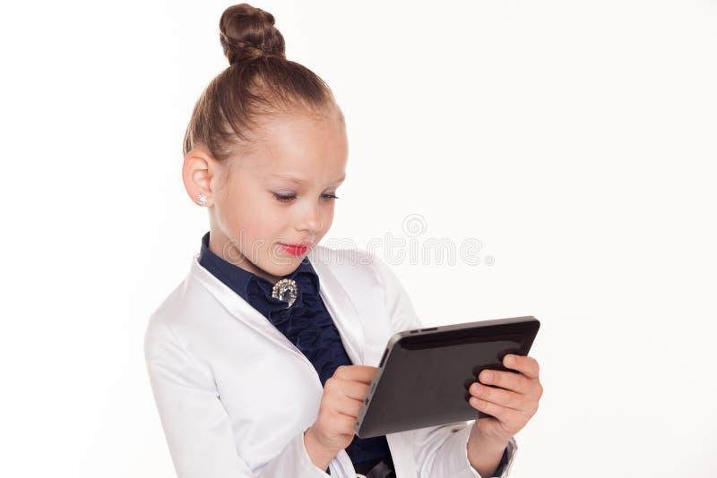 小女孩看企业夫人片剂计算机 库存照片