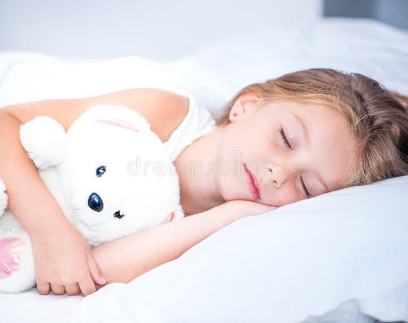 小女孩睡觉 免版税库存图片