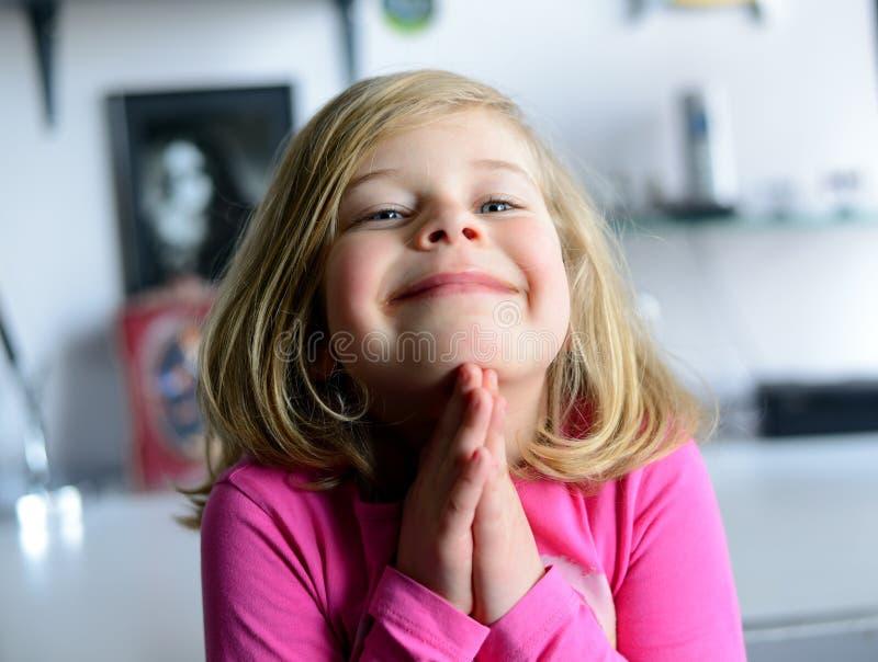 小女孩祈祷 免版税库存图片