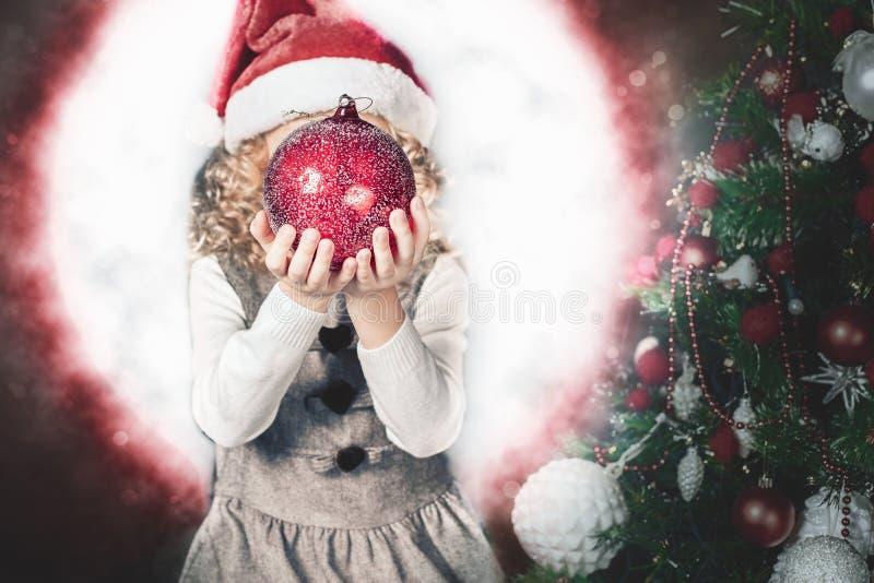 小女孩神仙的吹的神仙的不可思议的球,在圣诞节的stardust 库存图片