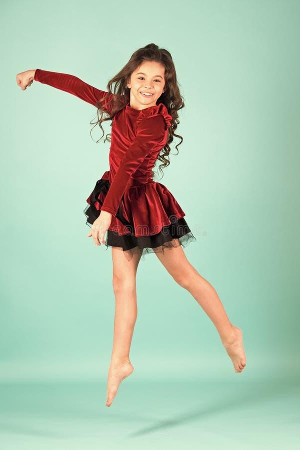 小女孩舞蹈家在蓝色背景跳 库存图片