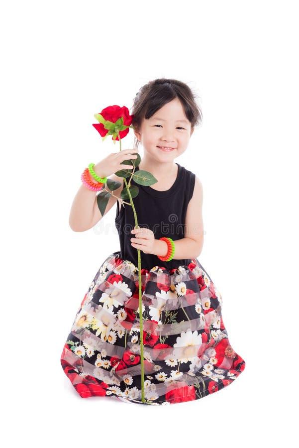 小女孩藏品玫瑰色花和微笑 库存图片