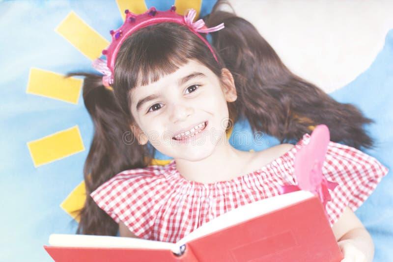小女孩读的童话 库存照片