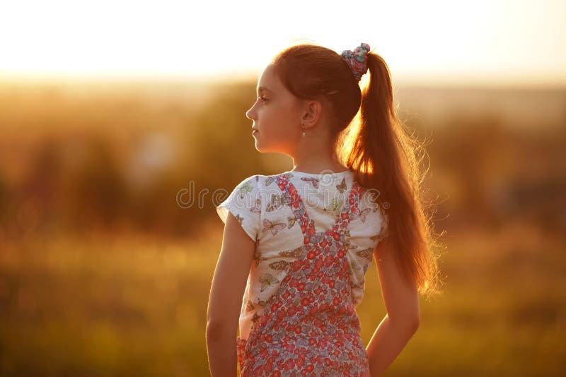 小女孩调查距离 库存照片