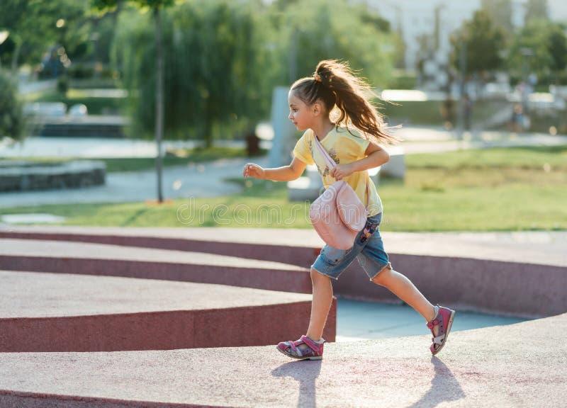 小女孩跑 免版税库存图片
