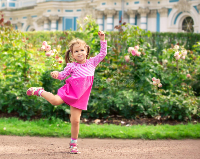 小女孩跳舞在公园喜欢芭蕾舞女演员 免版税库存图片