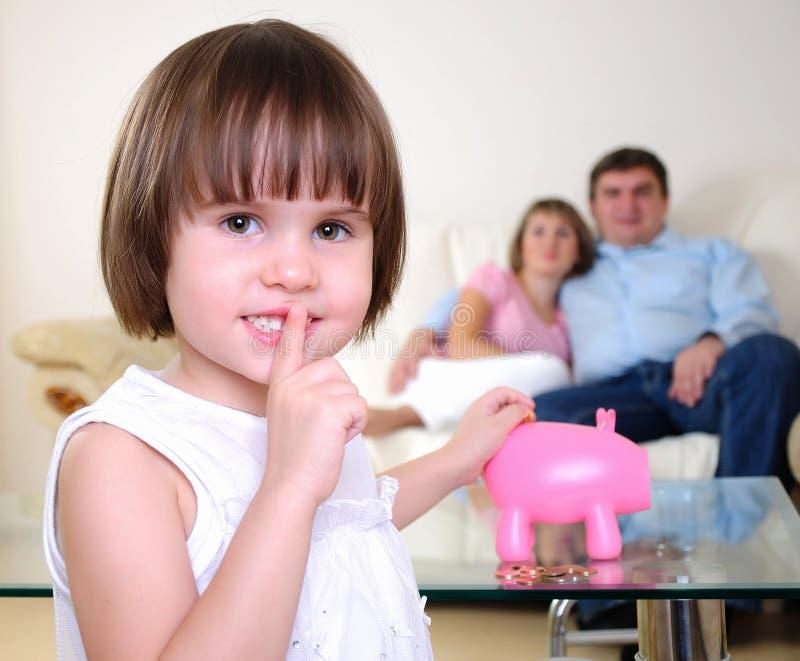 小女孩隐藏她的货币 免版税库存图片