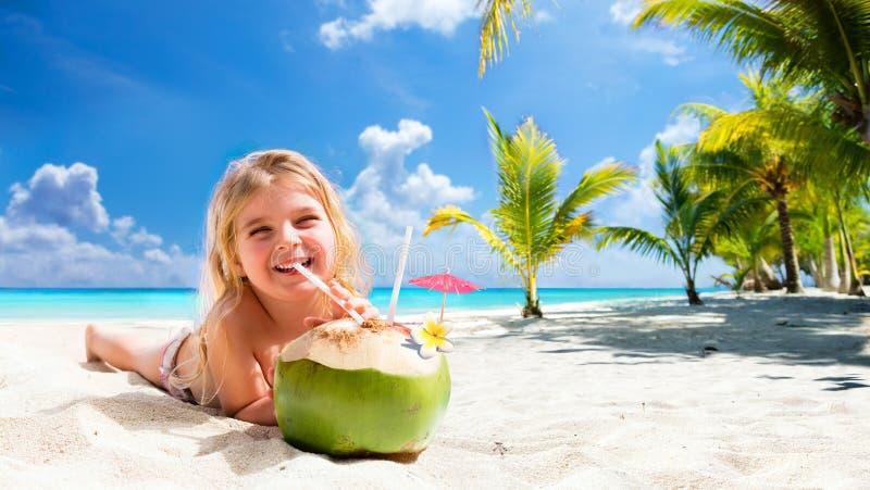 小女孩饮用的椰子鸡尾酒 库存照片