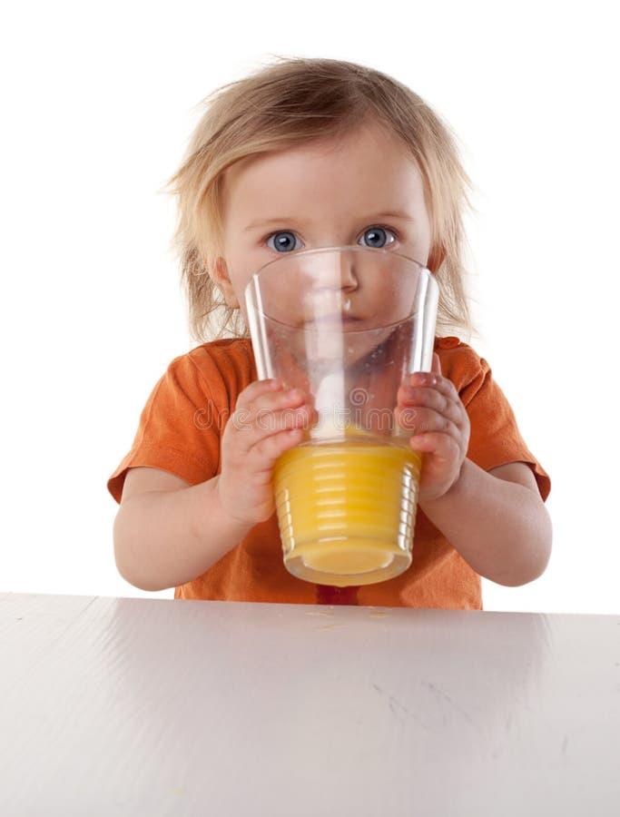 小女孩饮用的汁液 免版税库存照片