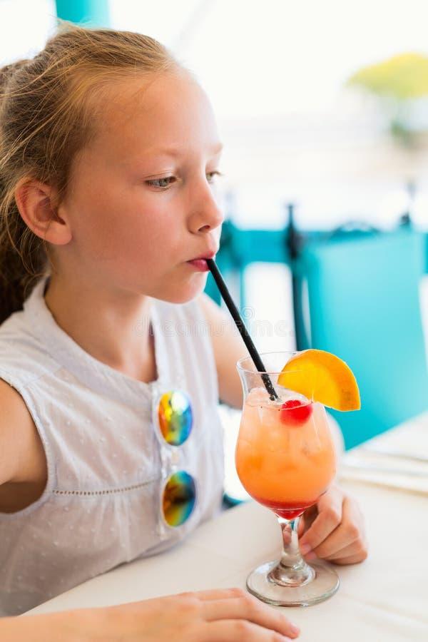 小女孩饮用的mocktail户外 库存图片