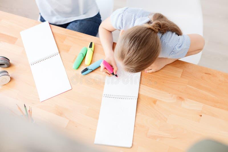 小女孩绘画图片 图库摄影