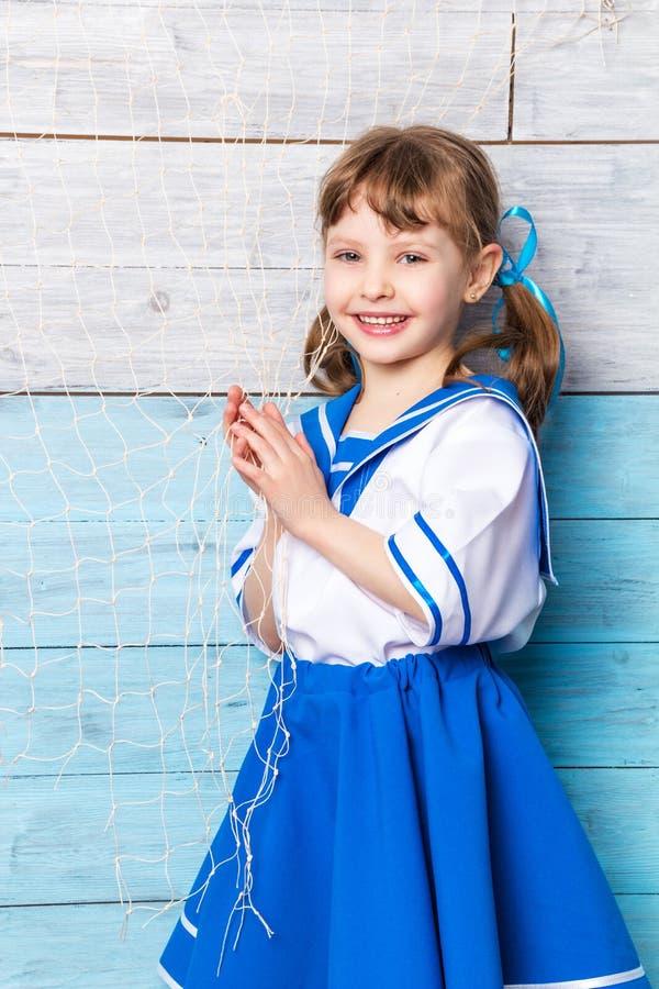 小女孩紧贴对海洋网络 免版税图库摄影
