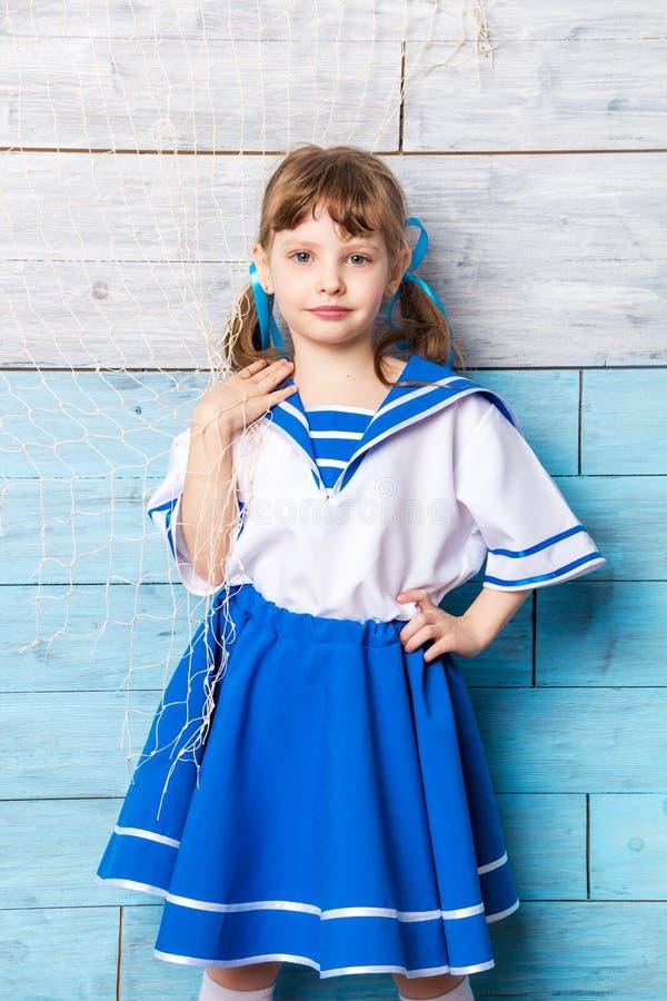 小女孩紧贴对海洋网络 免版税库存照片