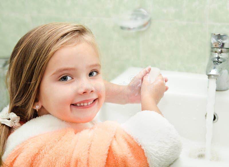 小女孩洗涤的手 库存照片