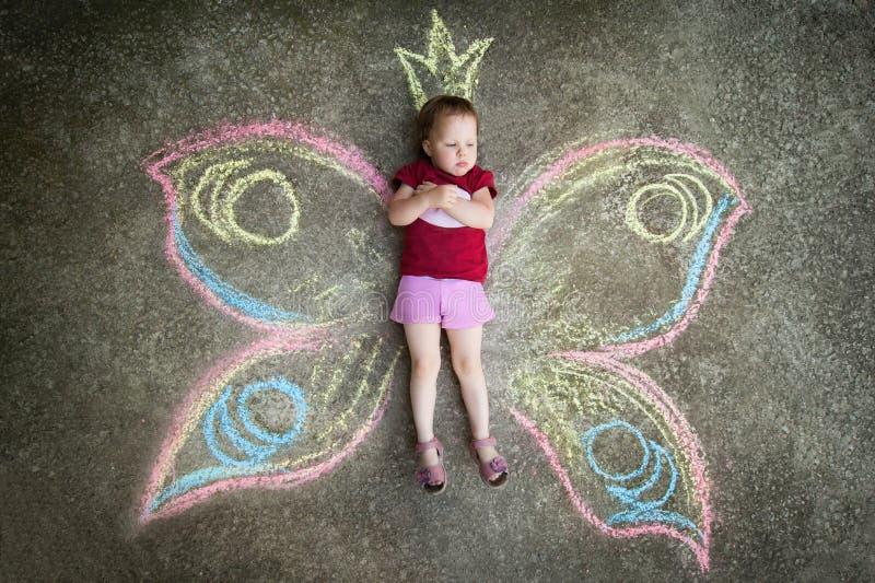 小女孩蝴蝶,怨气 免版税库存图片