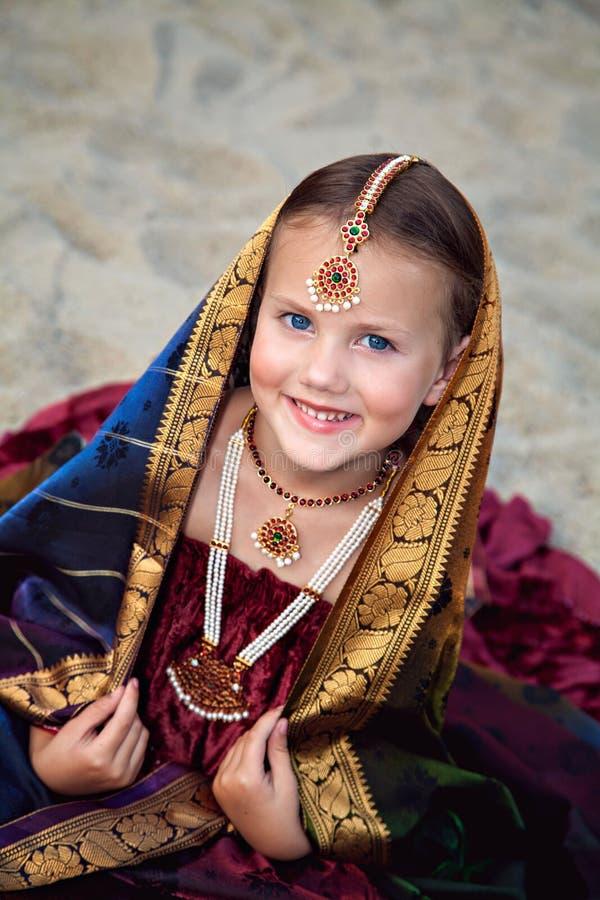 小女孩画象传统印地安莎丽服的 库存图片