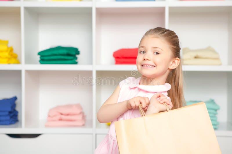 小女孩画象在时尚商店 库存图片