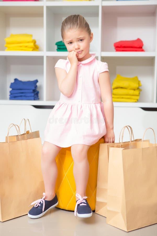 小女孩画象在时尚商店 库存照片