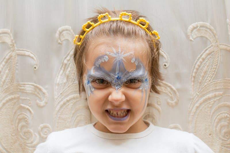 小女孩画象有面孔绘画的 免版税库存图片