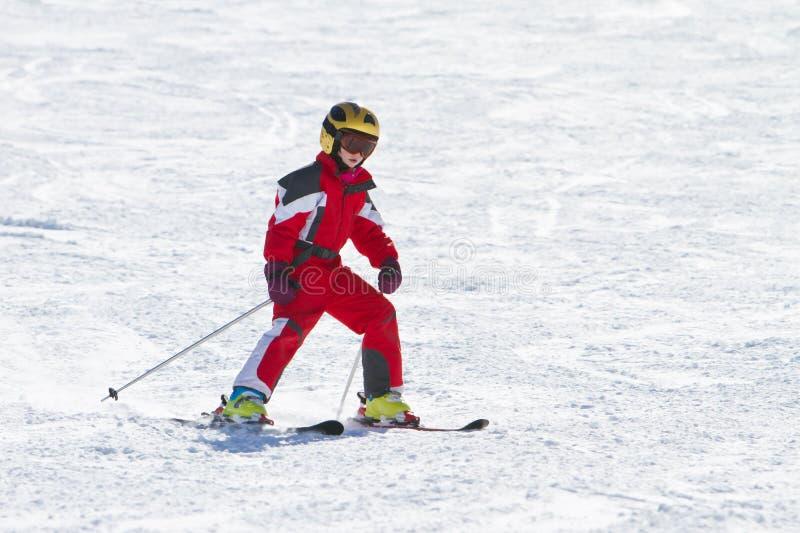 小女孩滑雪downhil 免版税库存图片
