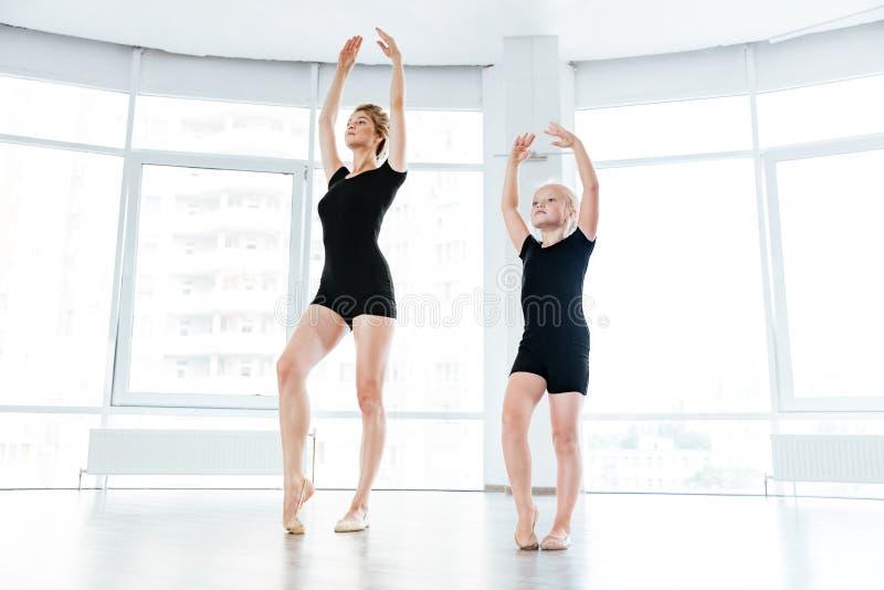 小女孩ballerine和她的老师跳舞在芭蕾分类 图库摄影