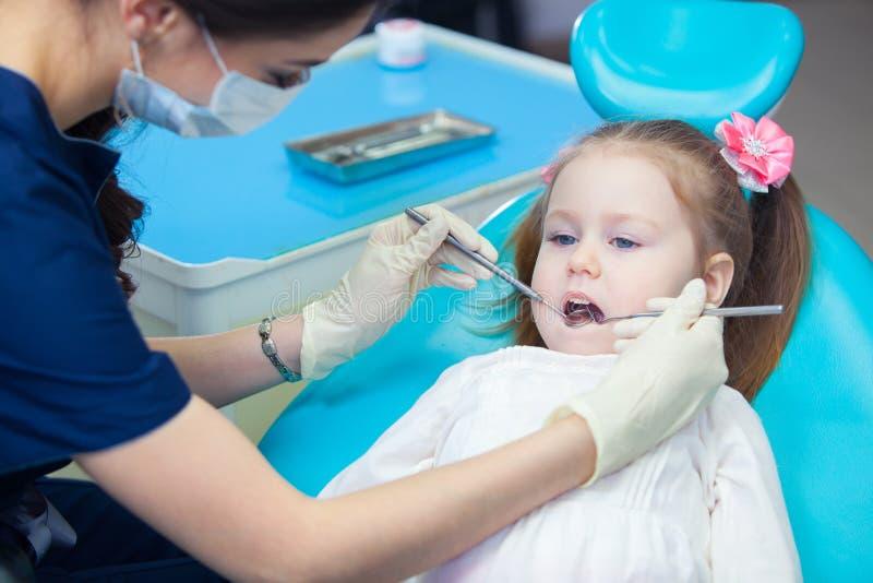 小女孩sitts在牙医` s办公室 库存图片