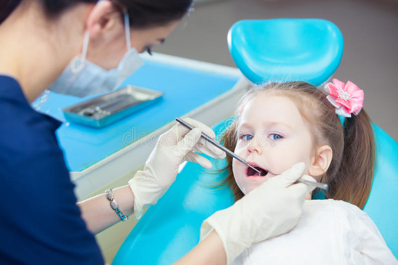 小女孩sitts在牙医` s办公室 库存照片