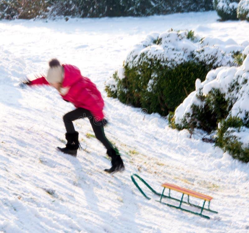 小女孩sledding在冬时 库存照片