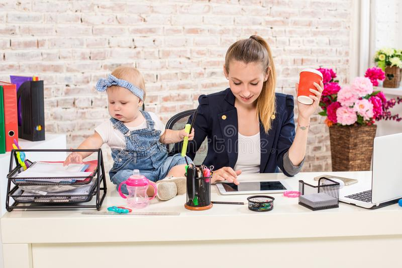小女实业家计算机前面女孩她家庭水平膝上型计算机妈妈使用塑造视图腰部工作 免版税库存照片