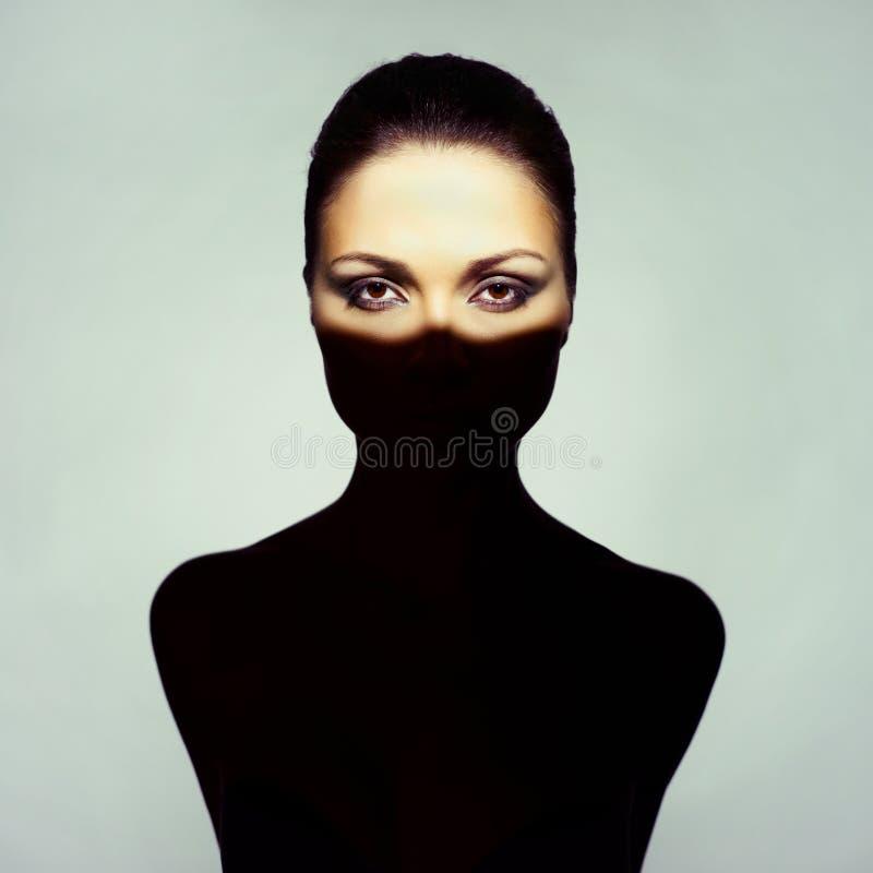 有阴影的超现实主义的小姐在她的身体 库存图片