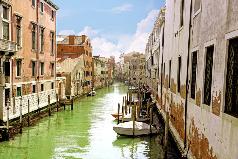 小威尼斯式运河和老砖墙有葡萄酒传统阳台的 意大利威尼斯 库存图片