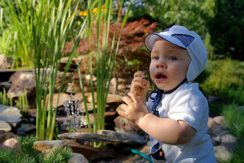 小婴儿在庭院里 免版税库存图片