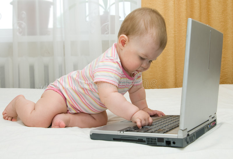 小婴孩床的膝上型计算机 免版税库存图片