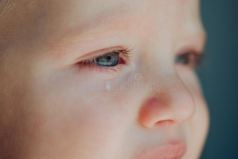 小婴孩 有滚动下来他的面颊的泪花的婴孩 有哀伤的面孔的小男孩孩子 他是哭喊婴孩 免版税图库摄影