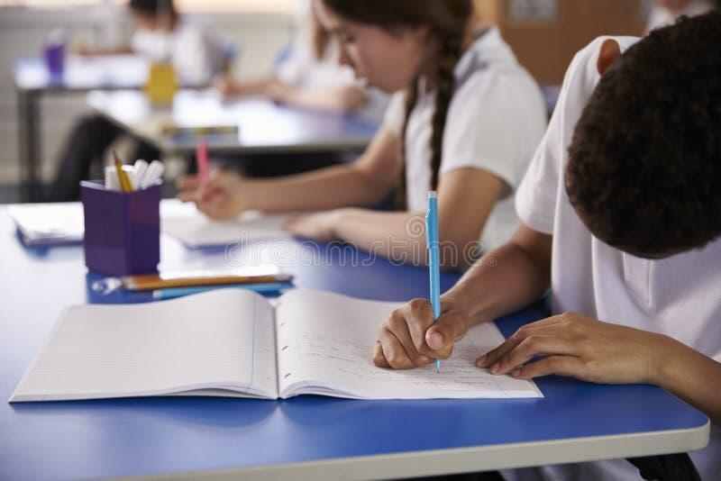 小学哄骗文字在继承人书桌,关闭  免版税库存图片