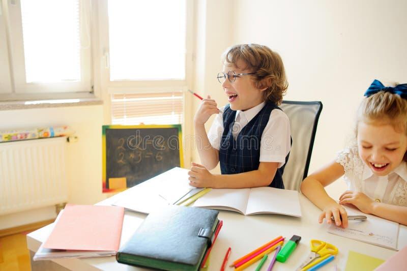 小学学生坐在同一张书桌 图库摄影