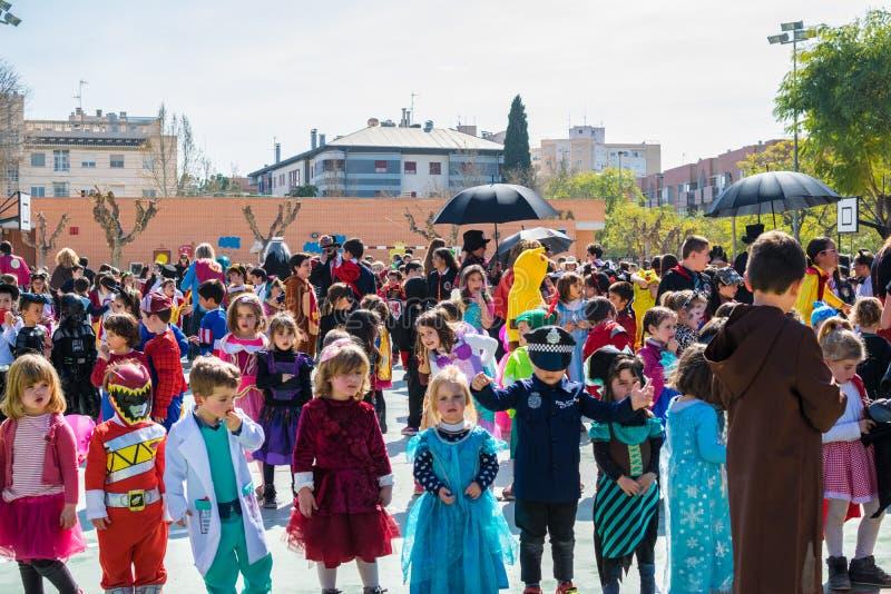 小学孩子假装在穆尔西亚,在2019年庆祝一个狂欢节党舞蹈 免版税图库摄影