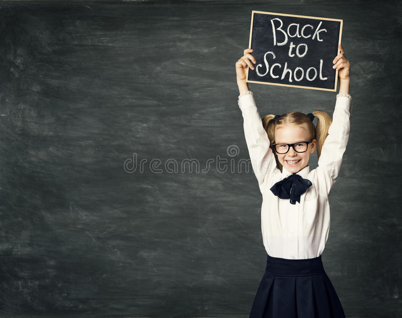小学生女孩举行黑板,回到学校,孩子黑人委员会 免版税库存图片